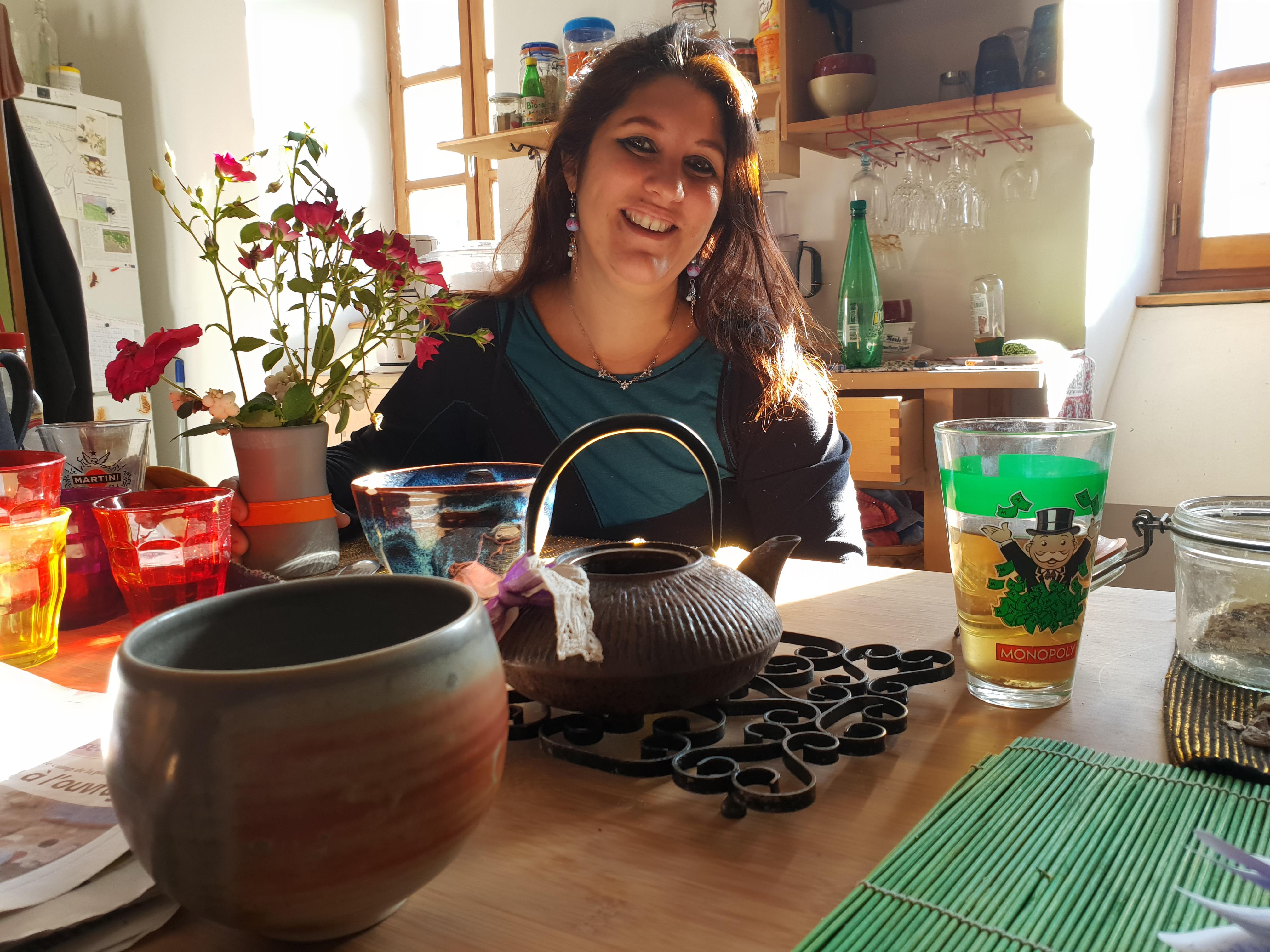 Julie (photo) avait un conflit de voisinage. Une voisine invitait ses amis à boire le café dans la ruelle, devant sa maison. «Entendre parler toute la journée sous mes fenêtres, c'était devenu insupportable», raconte-t-elle. «Avec l'aide de l'équipe municipale, nous avons réglé le problème en autogestion.» © Lucile Leclair
