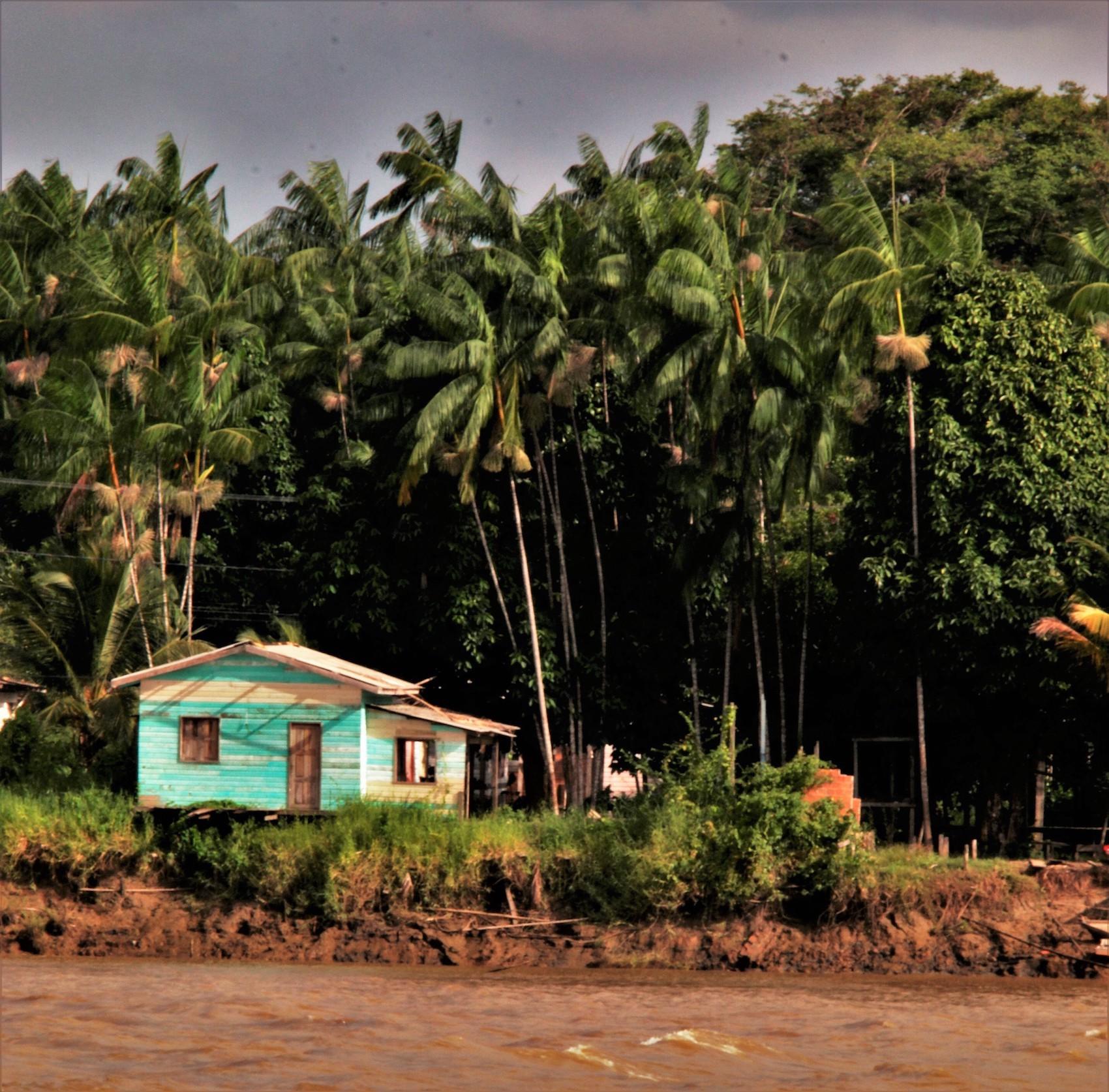 Un palafitte de bois, habitat typique de la région amazonienne, où vivent les paysans riverains. ©Lauriane dos Santos